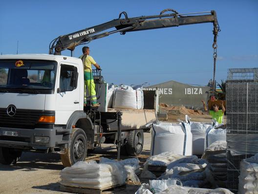 Camion utilisé pour la livraison des big-bags et des petites quantités en vrac.